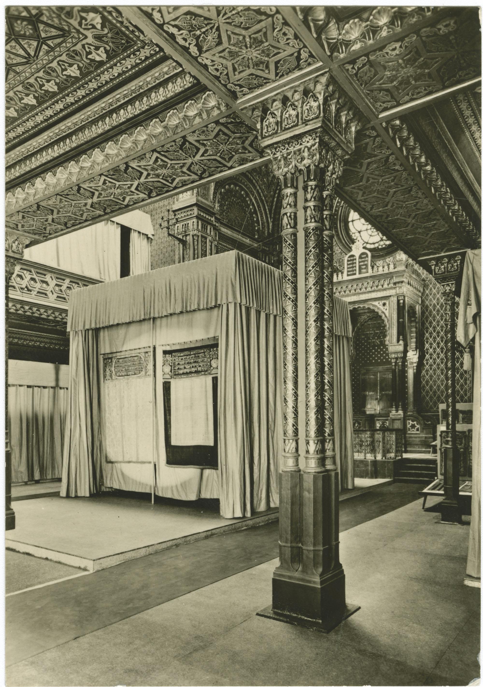 Praha. Interiér synagogy v Dušní ulice.