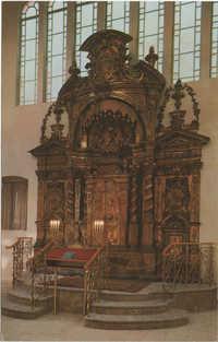 ארון הקודש בהיכל הישיבה שהועבר מביהכ''נ הגדול במנטובה (איטליא), נבנה בשנת שצ''ה / The holy ark in the great study hall, brought from the Great Synagogue in Mantua, Italy (built 1635)