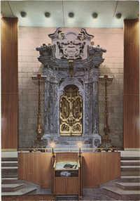 ארון הקודש משיש של בית הכנסת של ריג'יה אימיליאה (איטליה) משנת תקט''ז, כעת בבית הכנסת המרכזי של חיפה - קרית שמואל / Marble holy ark of the Reggio Emilia (Italy) synagogue (1756), now in the Central Synagogue of Kiryat Shmuel - Haifa