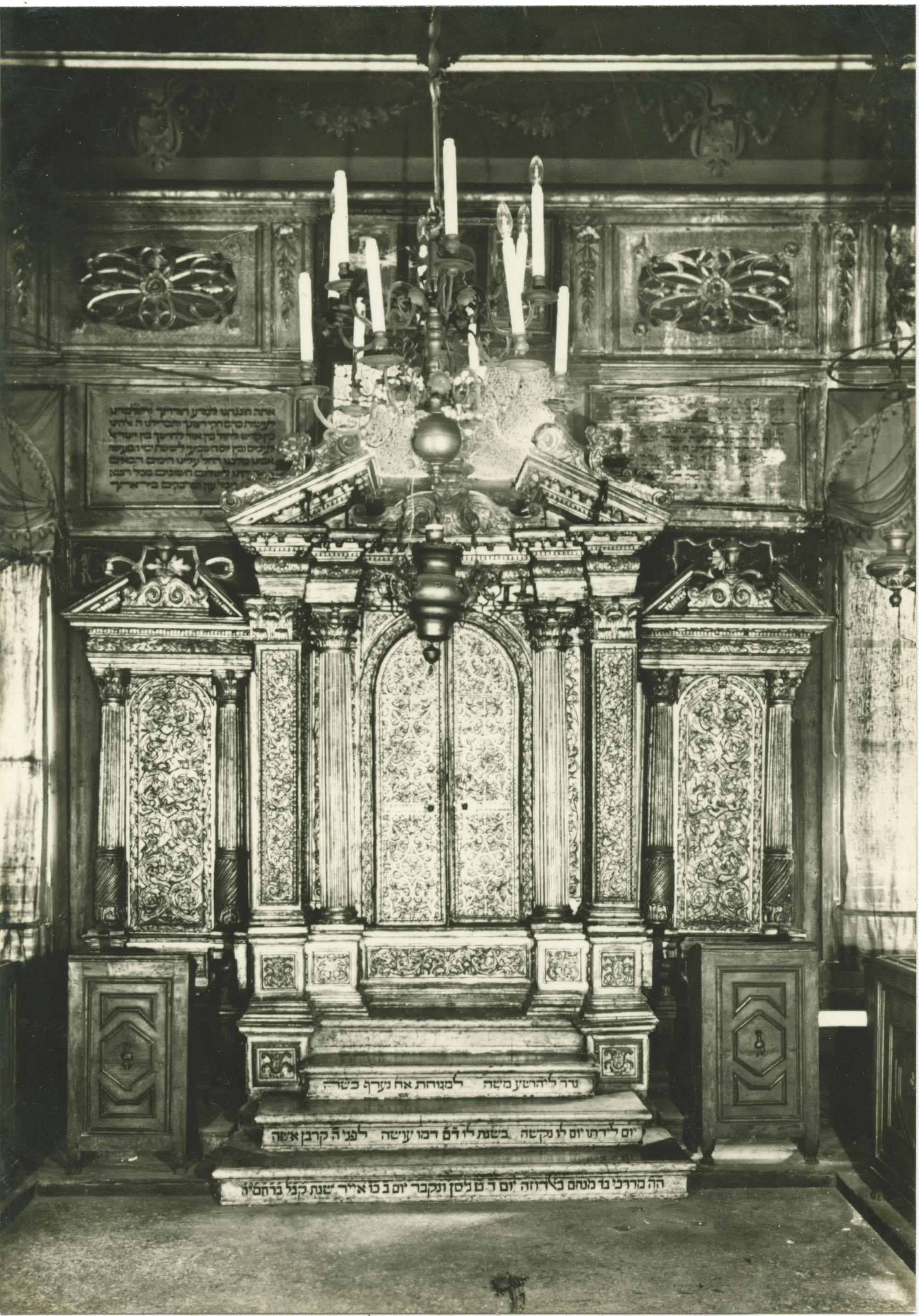 Schola Canton - Arca sacra contenente la Bibbia