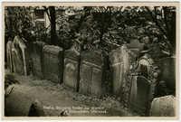 Praha. Skupina hrobů na starém židovském hřbitově.