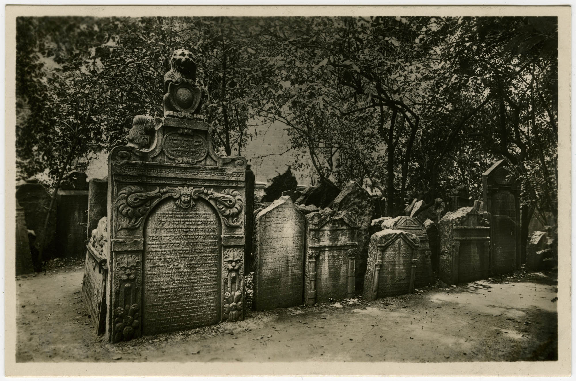 בהק' הישן בפראג / Praha. Skupina hrobů na starém židovském hřbitově. / Prague. Le vieux cimetière juif. / Prag. Grabmalgruppen am alten jüdischen Friedhof. / Prague. The ancient Jewish churchyard.
