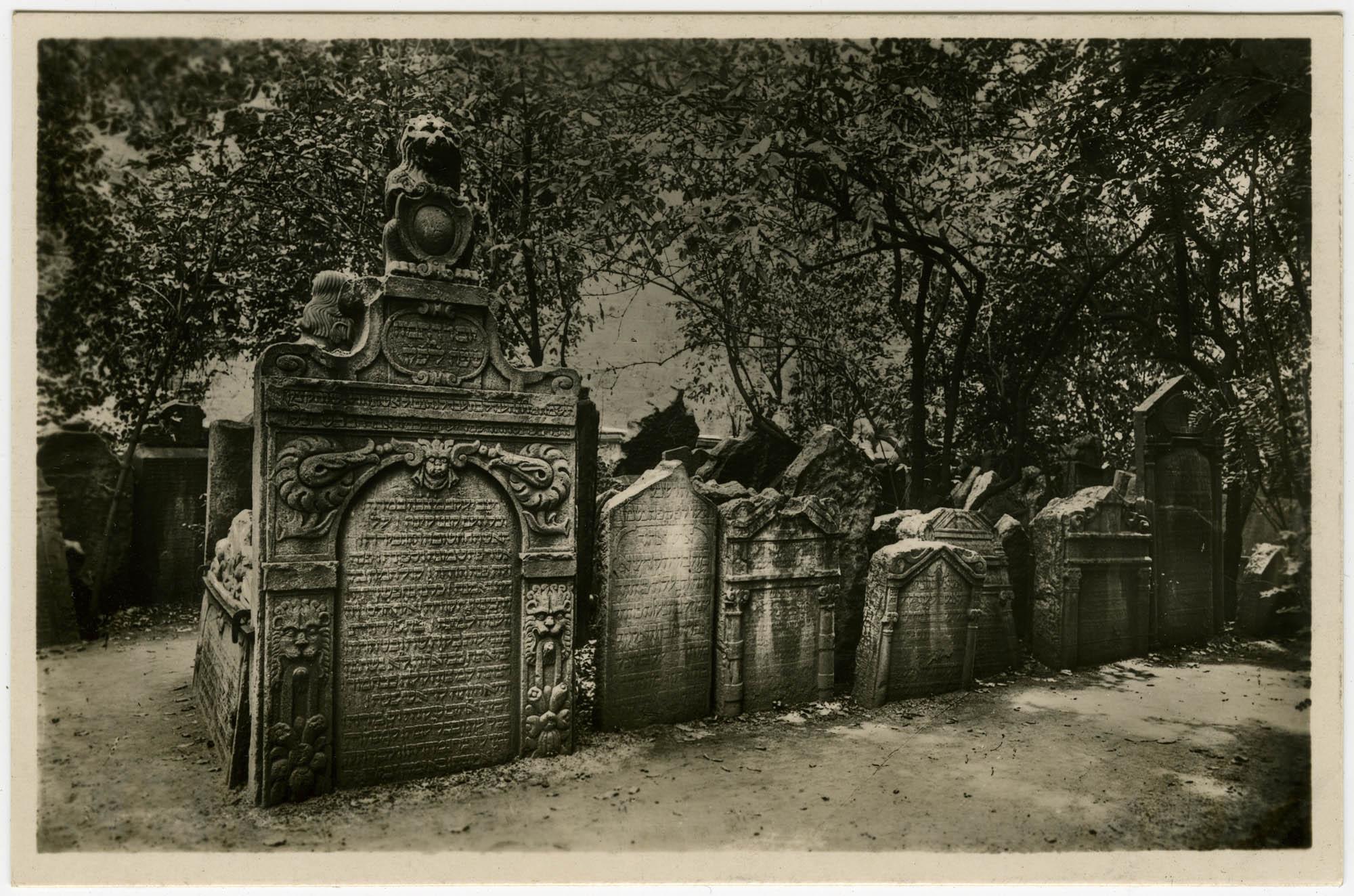 בהק' הישן בפראג / Praha. Skupina hrobů na starém židovském hřbitově. / Prague. Le vieux cimetière juif. / Prag. Grabmalgruppen am alten jüdischen Friedhof. / Prague. The ancient Jewish churchyard.
