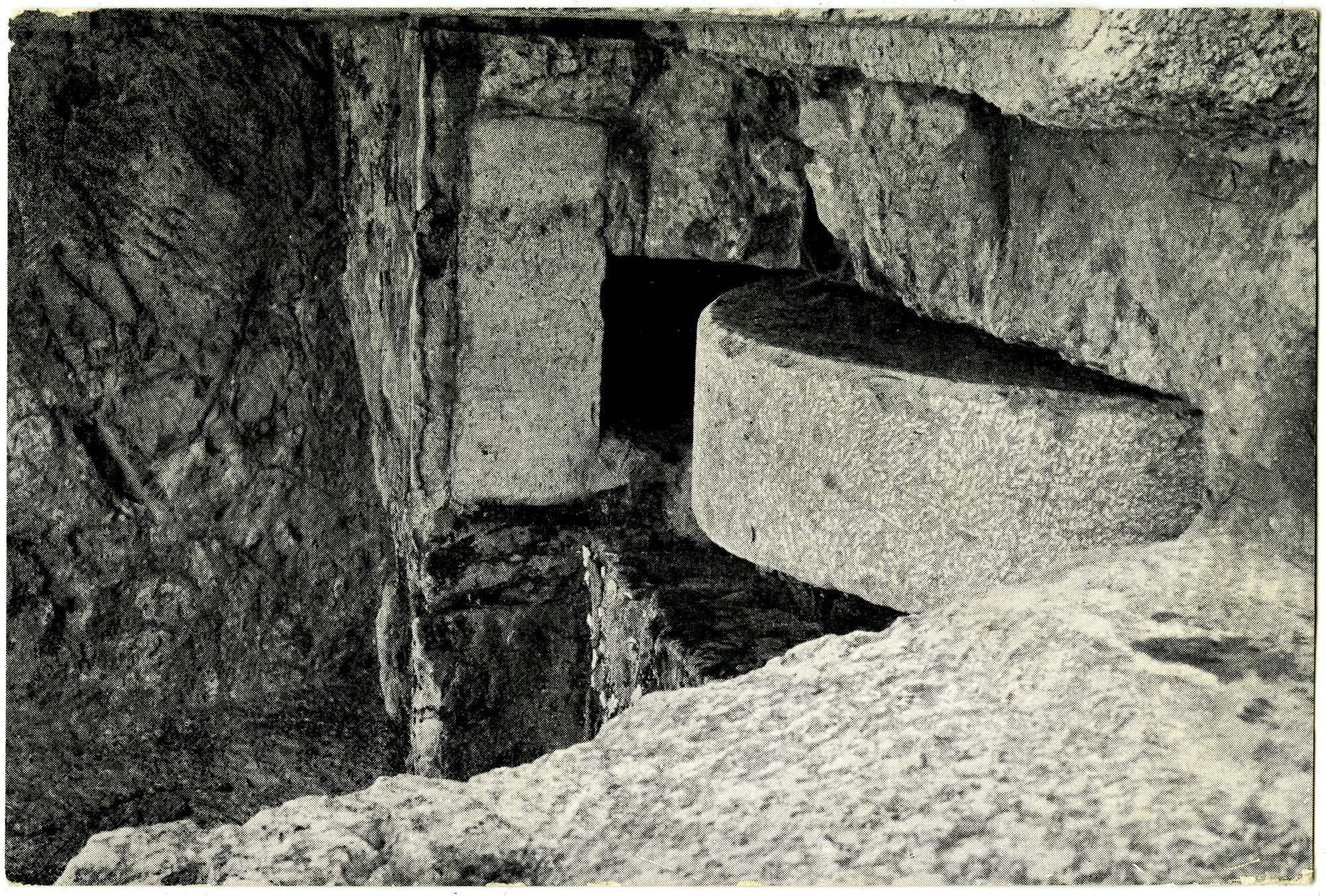 ירושלים. אבן הגולל בפתח קברי בית-הירודס / Jerusalem. Rolling stone at the entrance to the tomb of Herod's household.