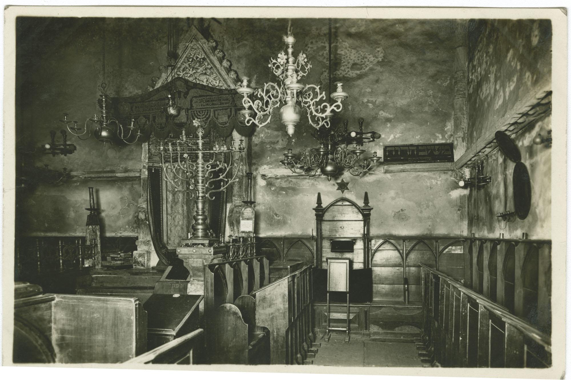 ארון הקודש ומקום הרבנים בביה