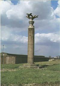 Muzeum na Majdanku b. hitlerowski obóz koncentracyjny. Kolumna Trzech Orłów - pierwszy Pomnik poświęcony ofiarom faszyzmu wykonany przez więźniów w 1943 roku. Zwieńczenie projektował więzień art. Rzeźb. Maria Albin Boniecki.