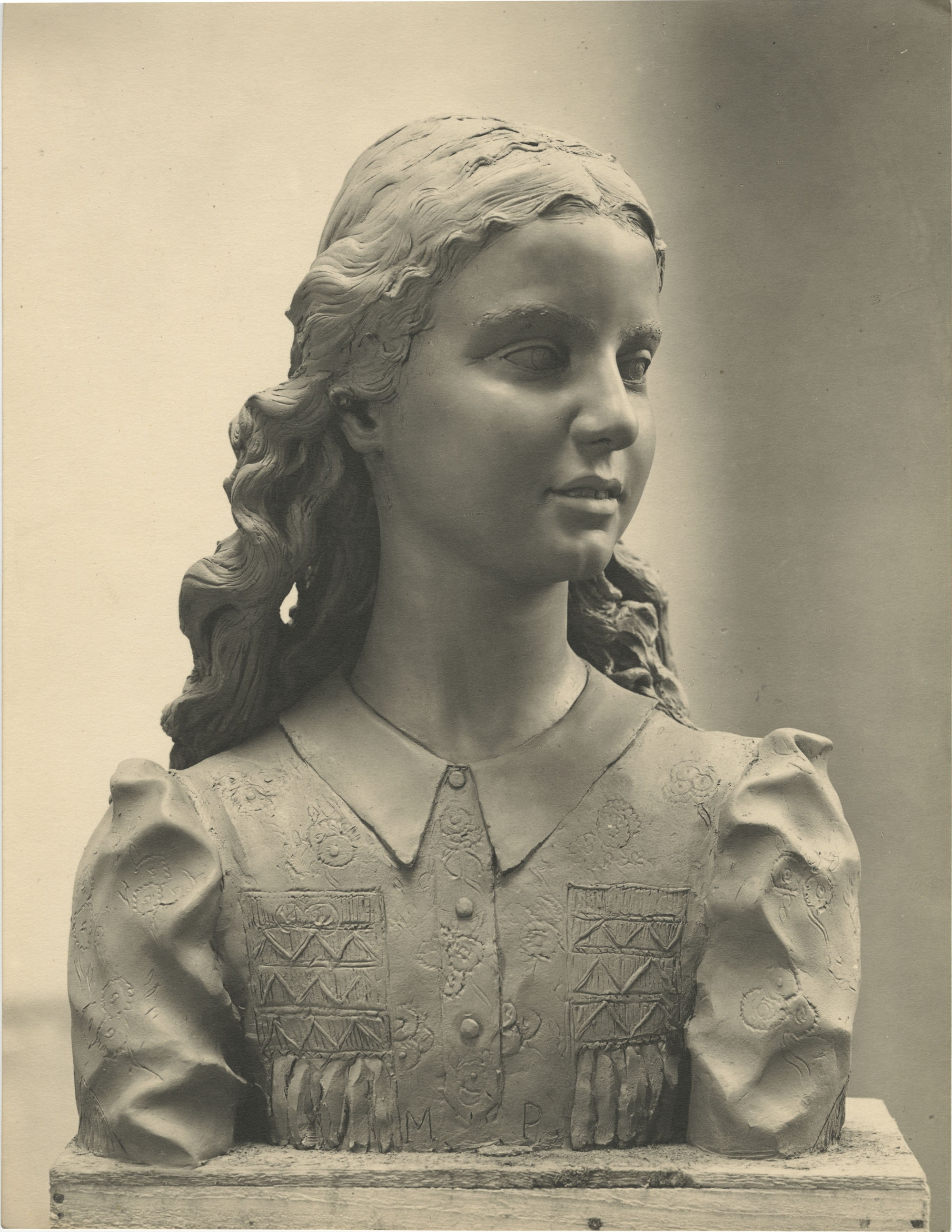 Sculpture of a girl by Antonio Berti, Photograph 1