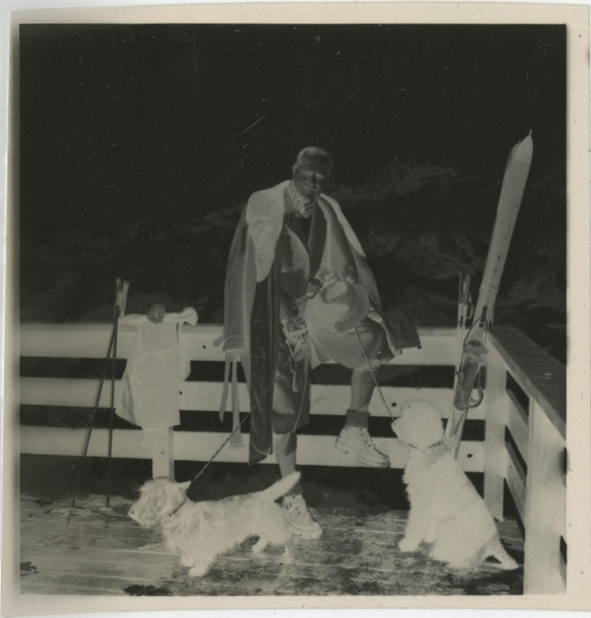 Flip book containing photographs of Mario Pansa