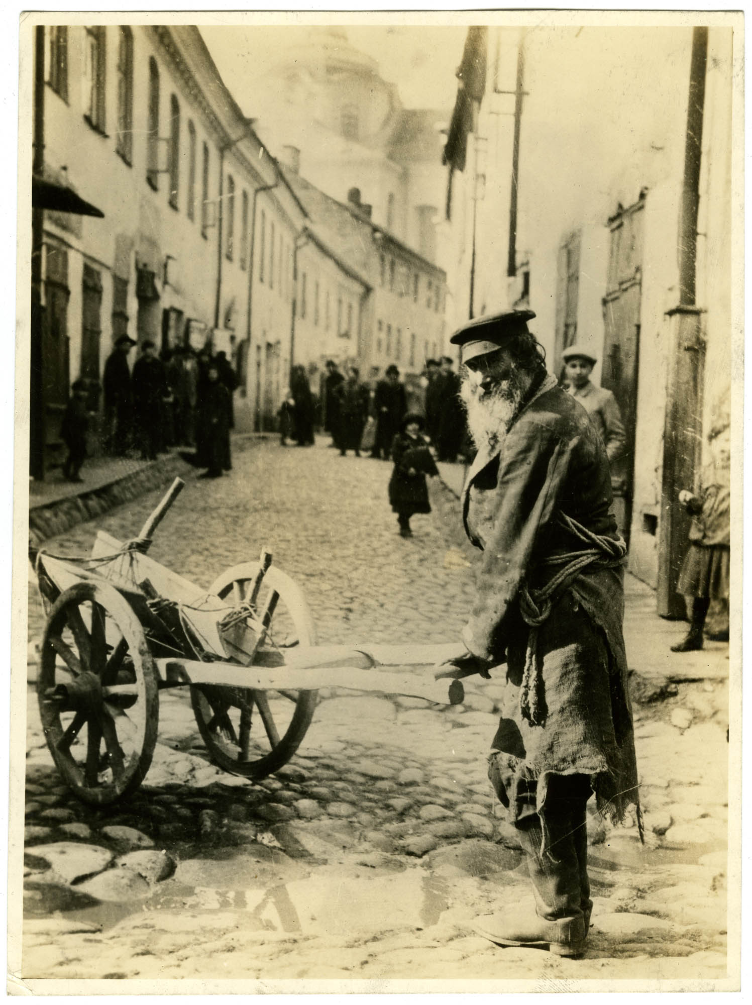 [Lithuania - Vilna. Typical old Jewish huckster in the streets of Vilna.]