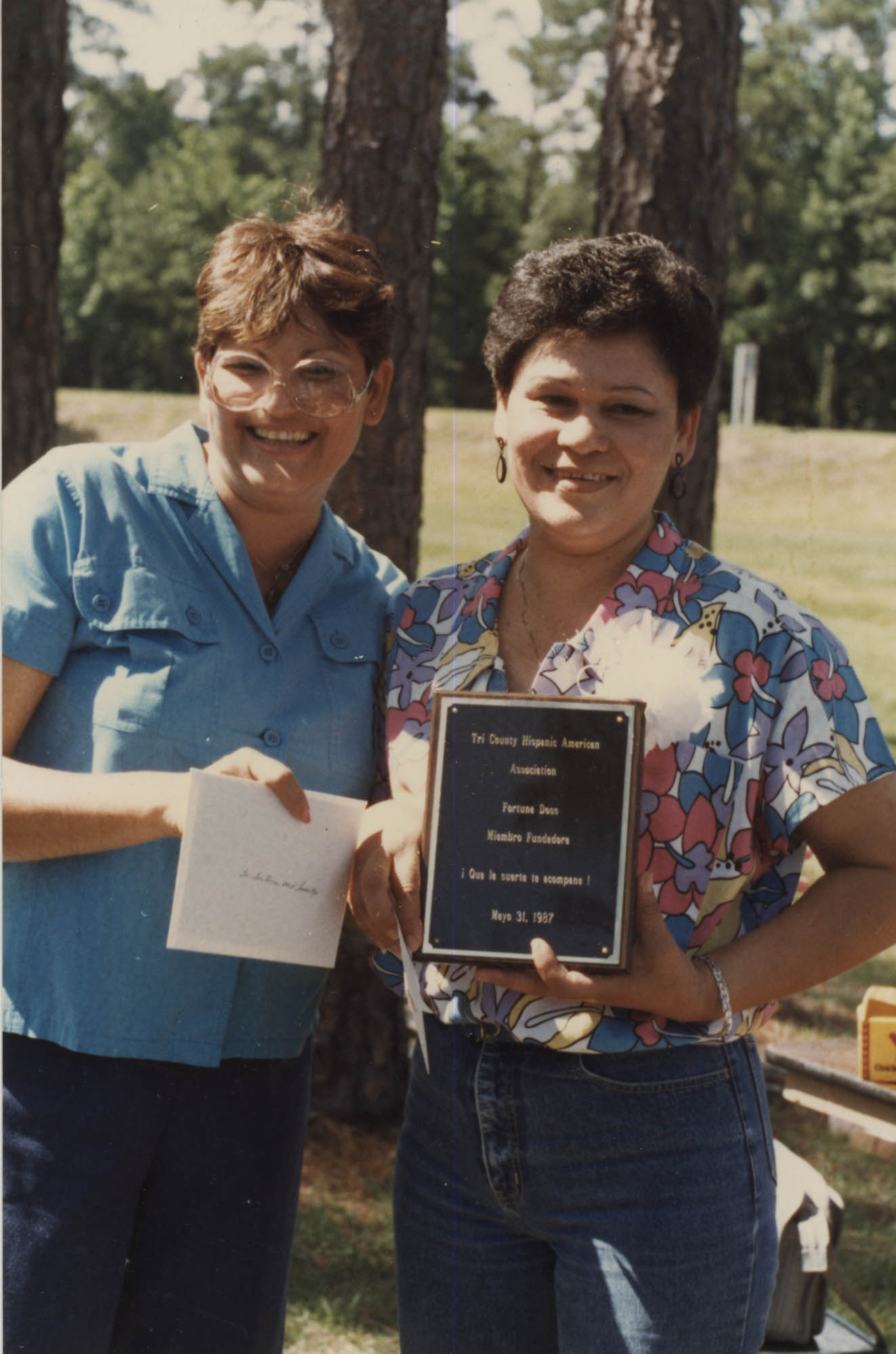 Fotografía de dos miembros de Tri-County Hispanic American Association  /  Photograph of Two Tri-County Hispanic American Association Members