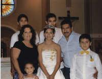 Fotografía de una quinceañera y su familia  /  Photograph of Quinceañera and Her Family