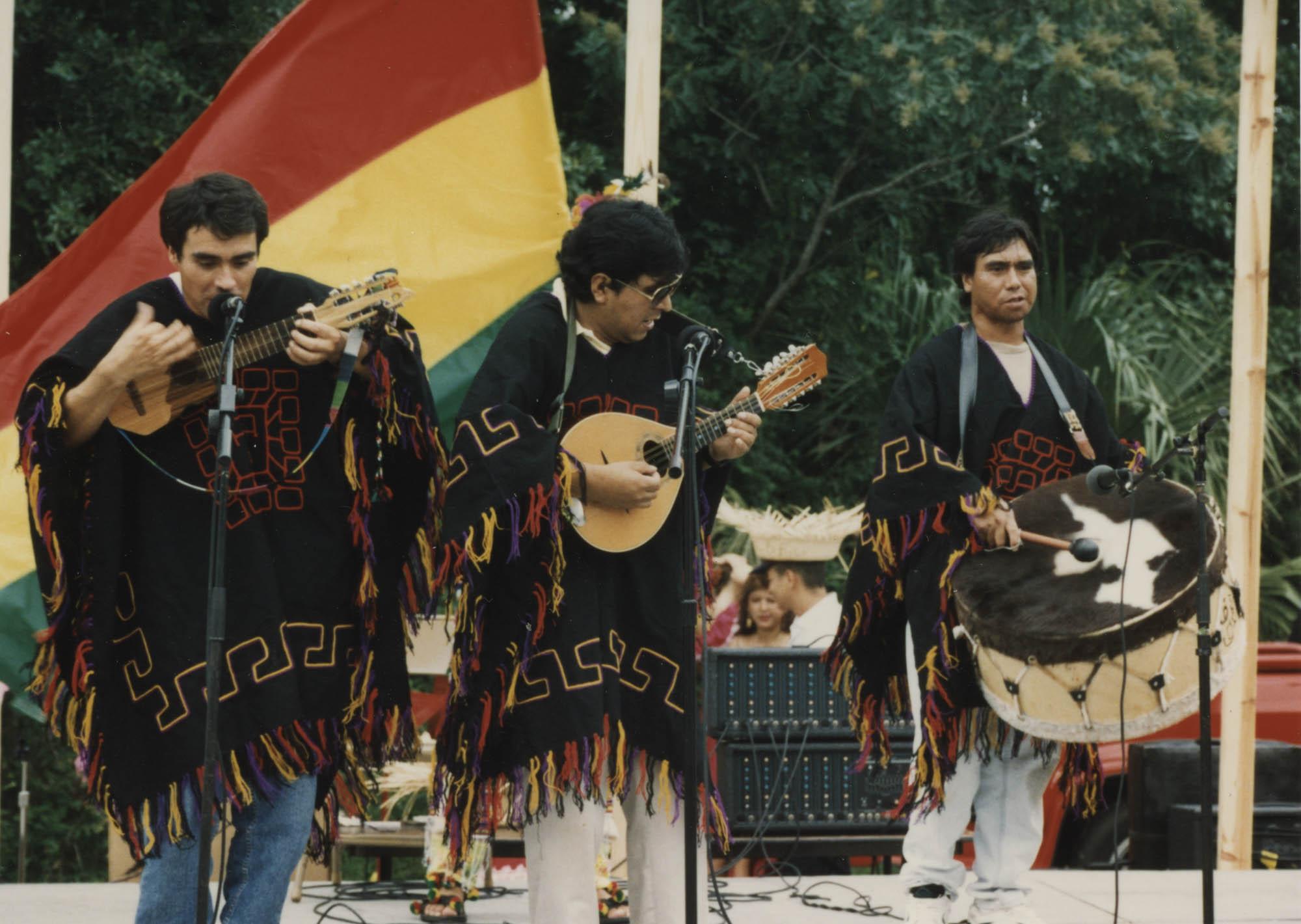 Fotografía de un trío de música folclórica boliviana actuando en el Festival Hispano en Palmetto Island Park  /  Photograph of Andean Music Trio, Hispanic Festival at Palmetto Island Park