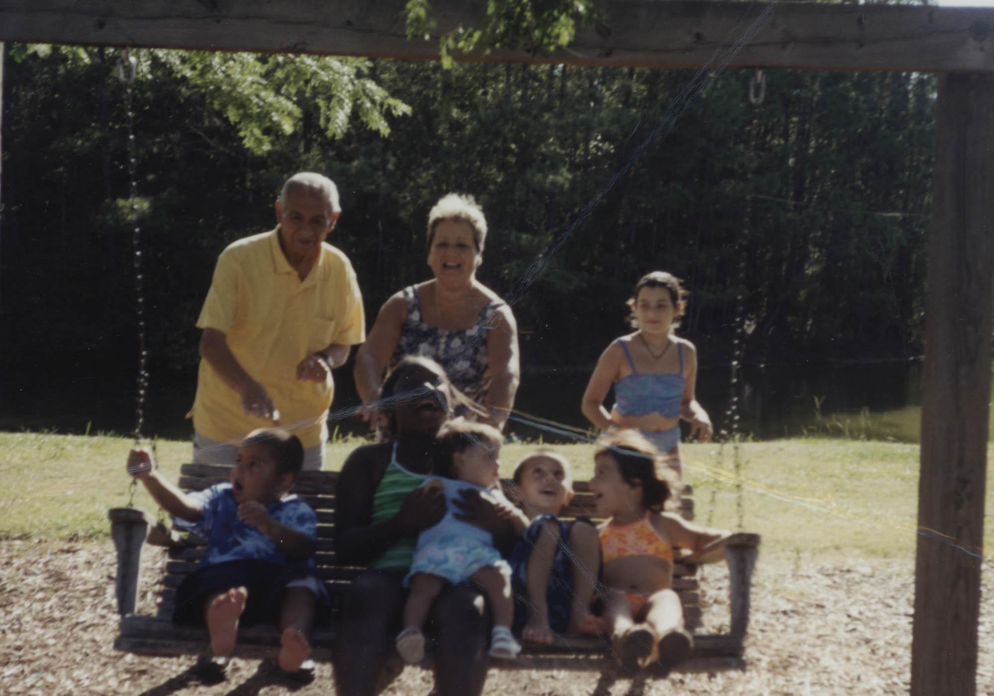 Fotografía de una pareja y un grupo de niños en James Island County Park  /  Photograph of Couple and Children at the James Island County Park