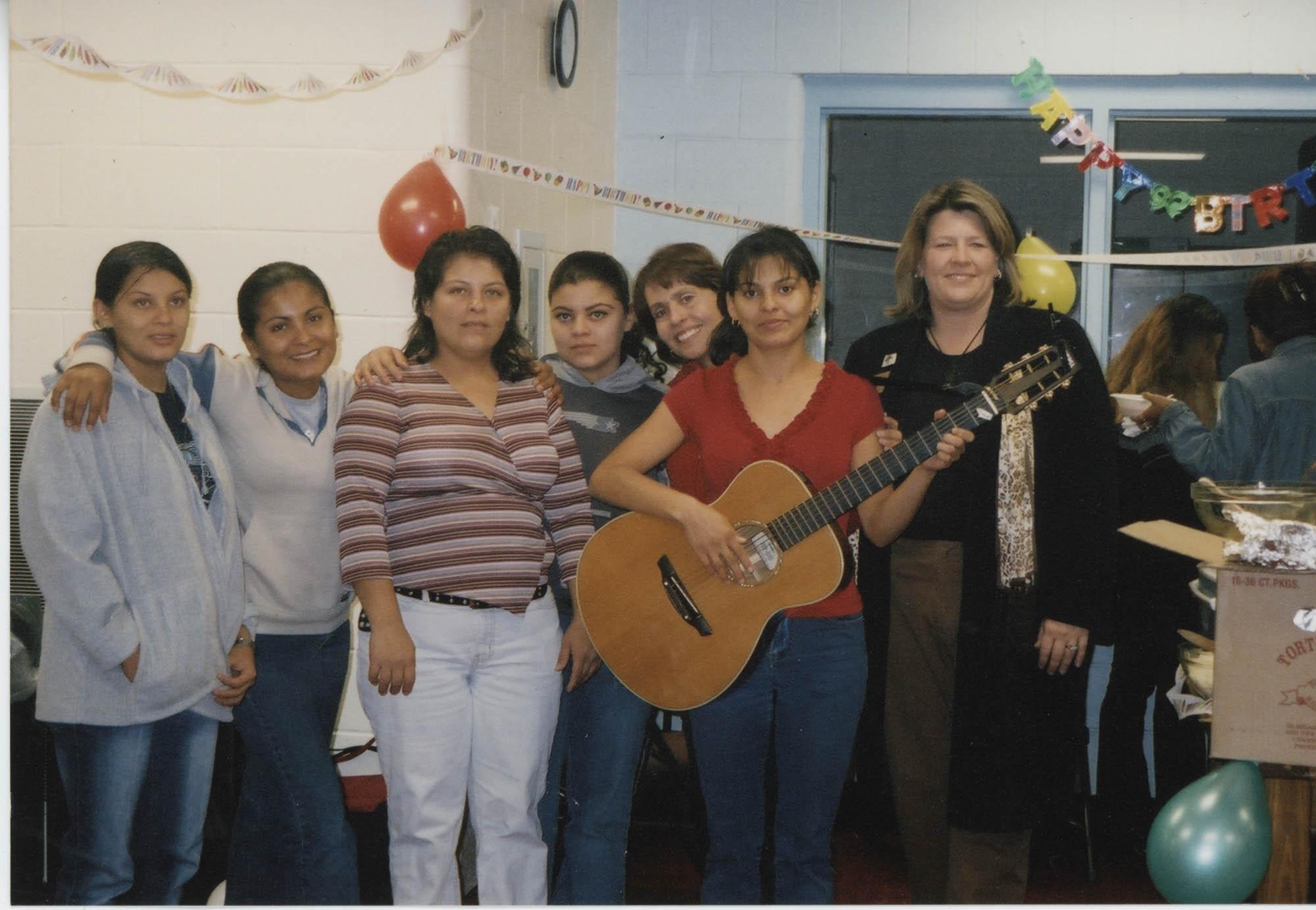 Fotografía de dos maestras de inglés y sus estudiantes / Photograph of English Teachers and Students