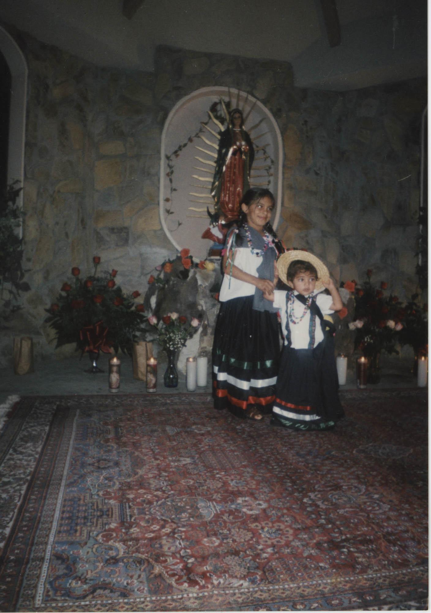 Fotografía de dos niñas junto a la Virgen de Guadalupe / Photograph of Two Girls Next to Our Lady of Guadalupe