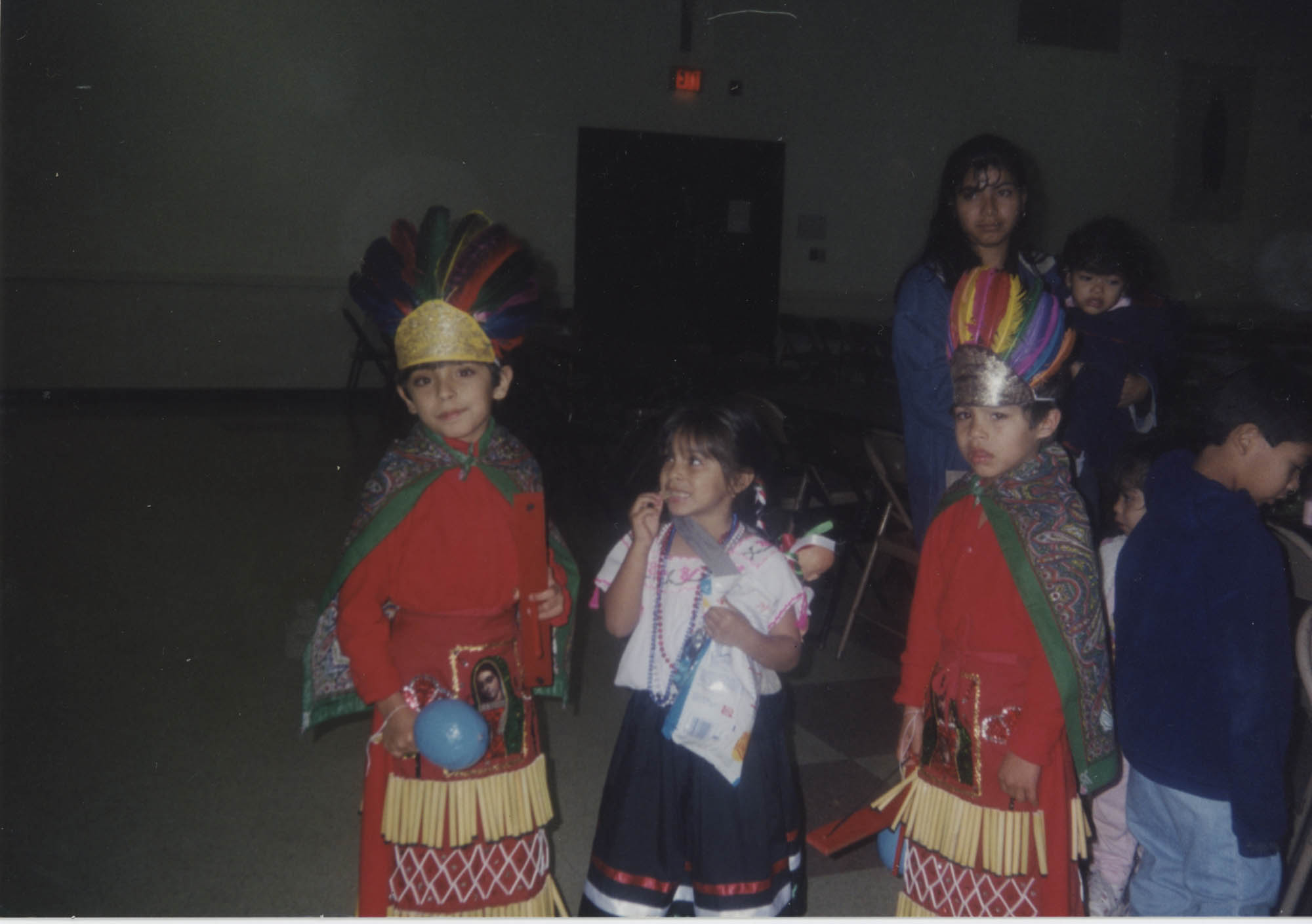 Fotografía de un grupo de niños en la celebración de la Virgen de Guadalupe  /  Photograph of Children at the Our Lady of Guadalupe Celebration