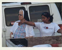 Fotografía de la hermana Maria Amelia Ferillo y Alma López visitando trabajadores agrícolas migrantes  /  Photograph of Sister Amelia and Alma López Visiting Seasonal Migrant Workers
