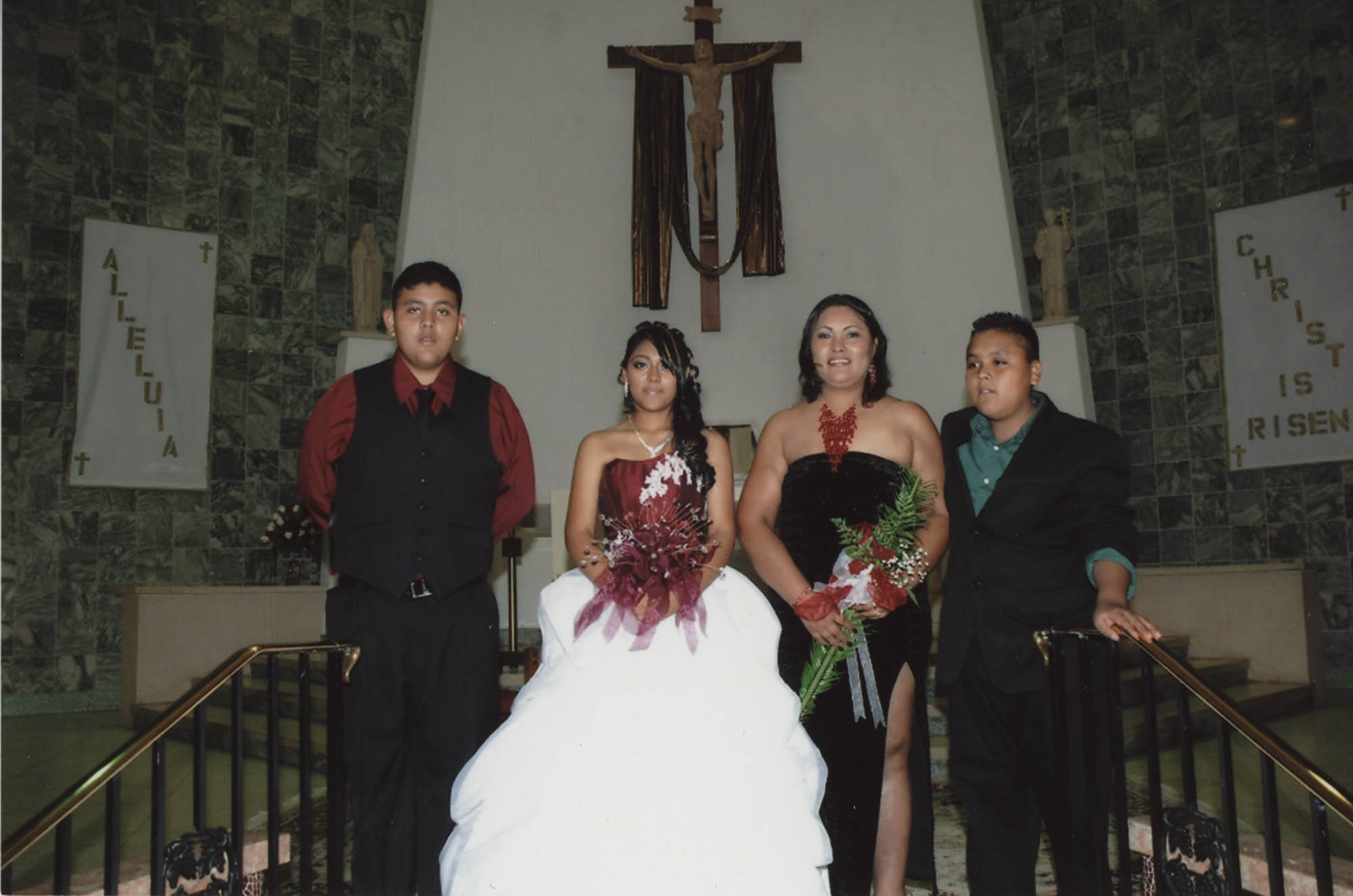 Fotografía de una quinceañera en la iglesia  /  Photograph of a Quinceañera at Church