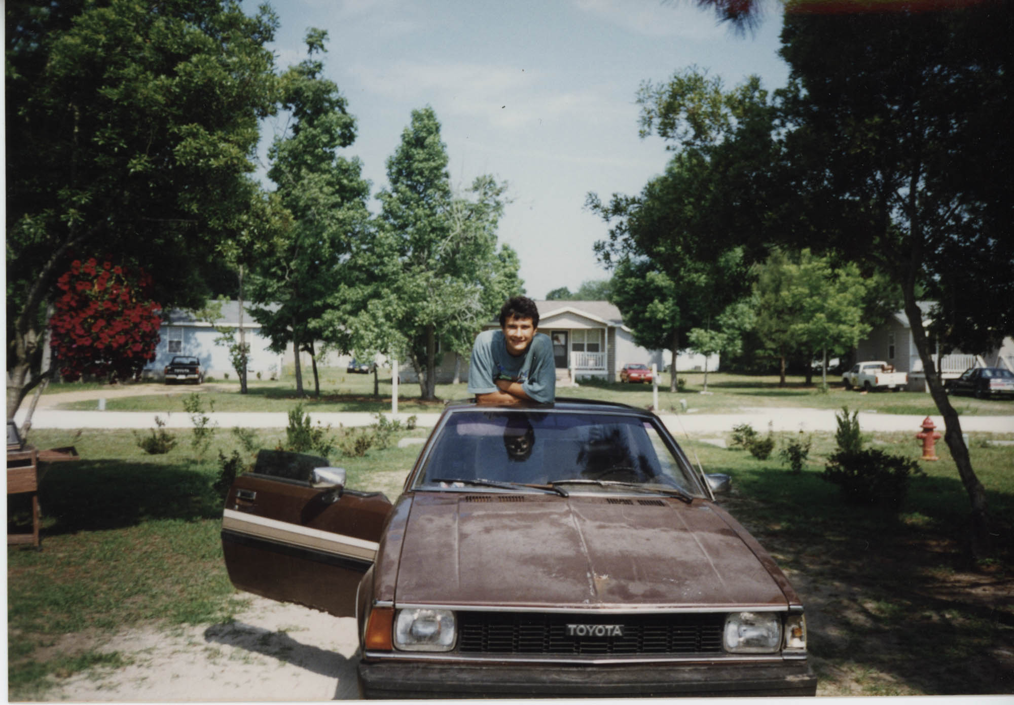 Fotografía de un joven y su carro  /  Photograph of Young Man and his Car