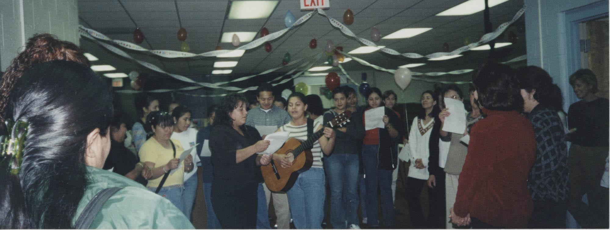 Fotografía de la fiesta de cumpleaños de una maestra de inglés  /  Photograph of an English Teacher's Birthday Celebration