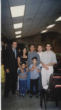 Fotografía de una familia de Johns Island junto a seminaristas  /  Photograph of Johns Island Family and Seminarians
