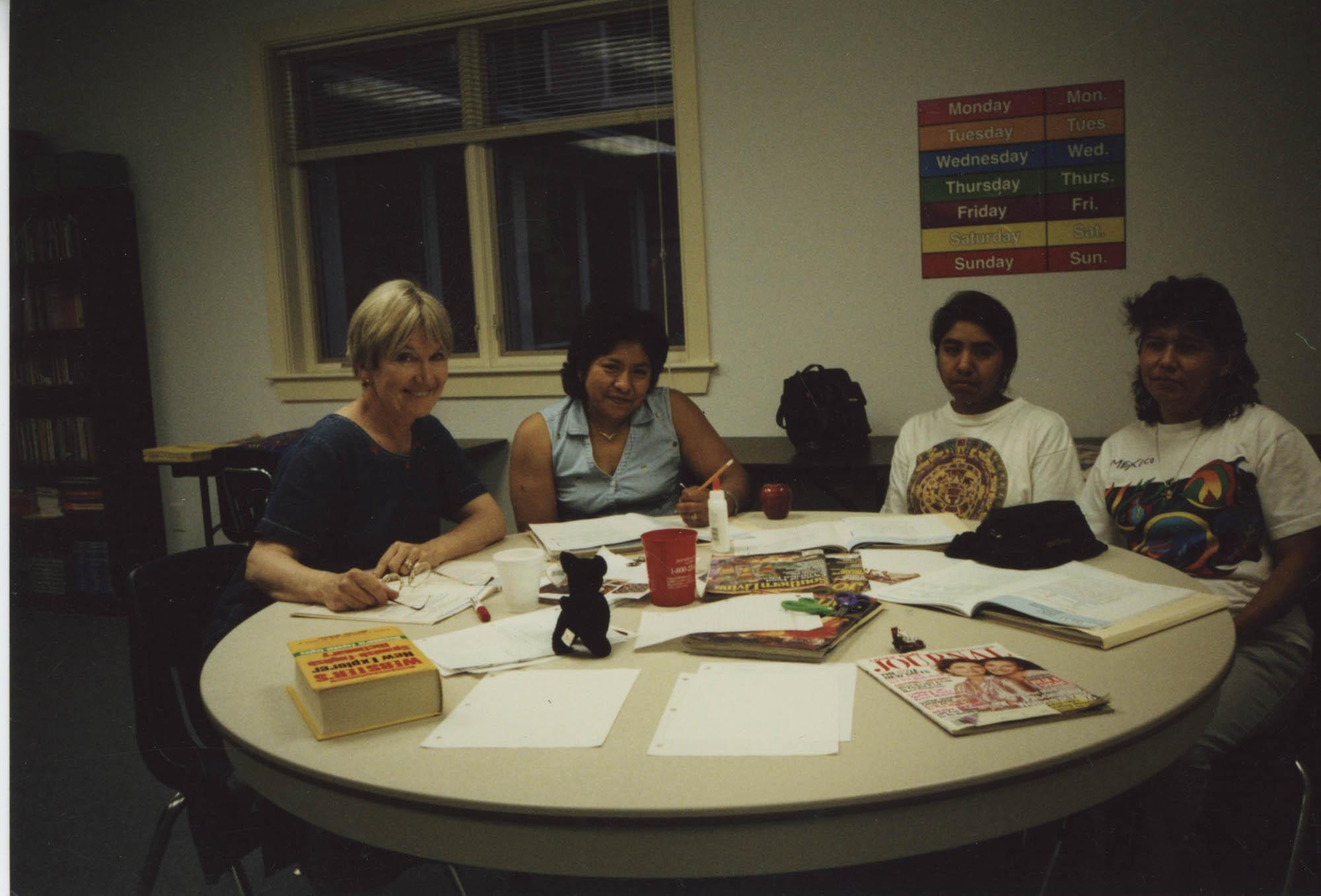 Fotografía de mujeres en una clase de inglés / Photograph of Women in an English Class