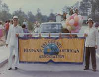 Miembros de Tri-County Hispanic American Association llevando su bandera  /  Tri-County Hispanic American Association Members with Banner