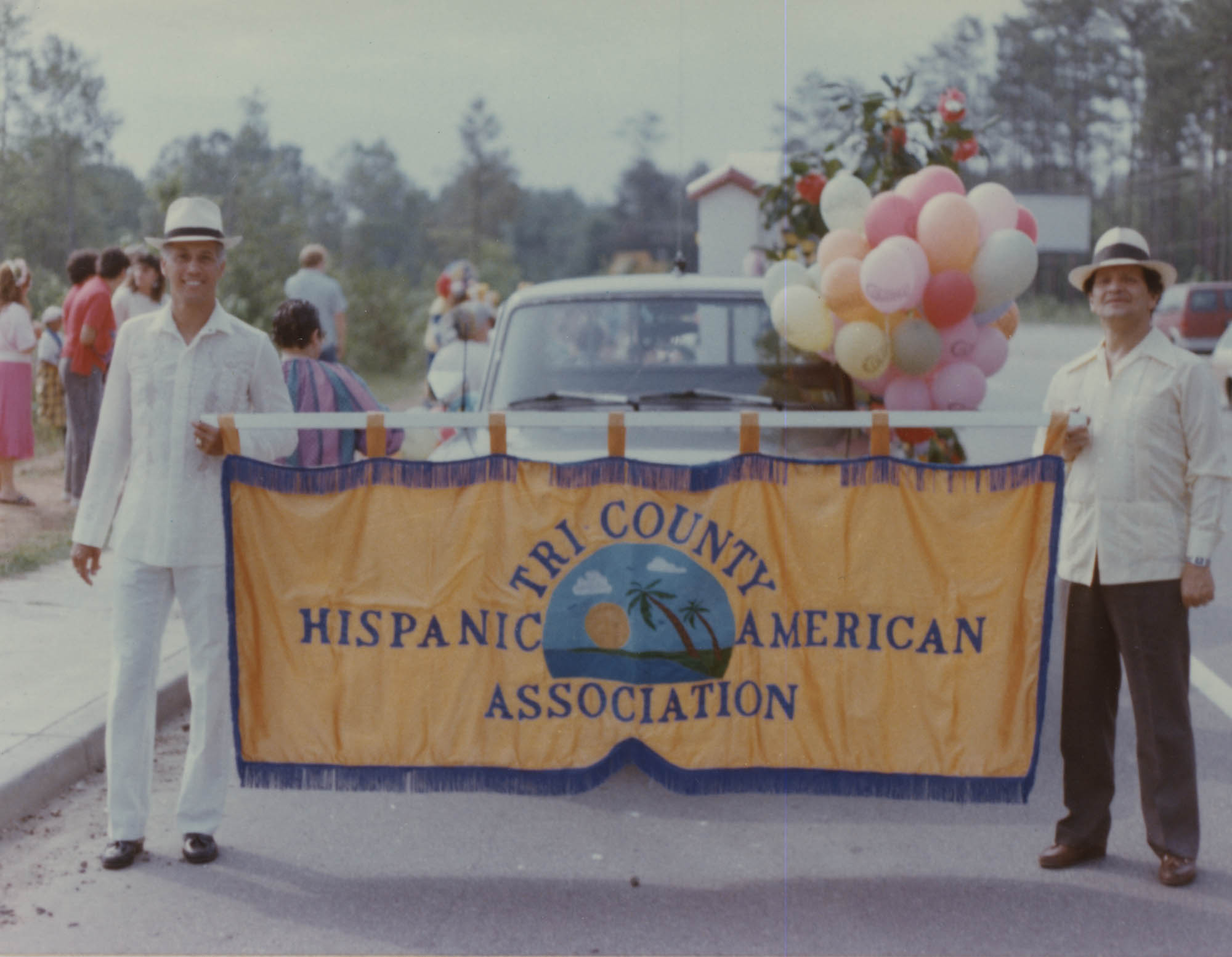 Miembros de Tri-County Hispanic American Association llevando su bandera  /  Tri-County Hispanic American Association Members with Banner