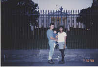 Fotografía de una pareja joven y su hijo frente a la Casa Blanca  /  Photograph of Young Couple and Child in Front of the White House