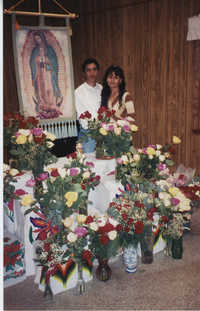 Fotografía de una pareja joven junto a la imagen de la Virgen de Guadalupe  /  Photograph of Our Lady of Guadalupe and Young Couple