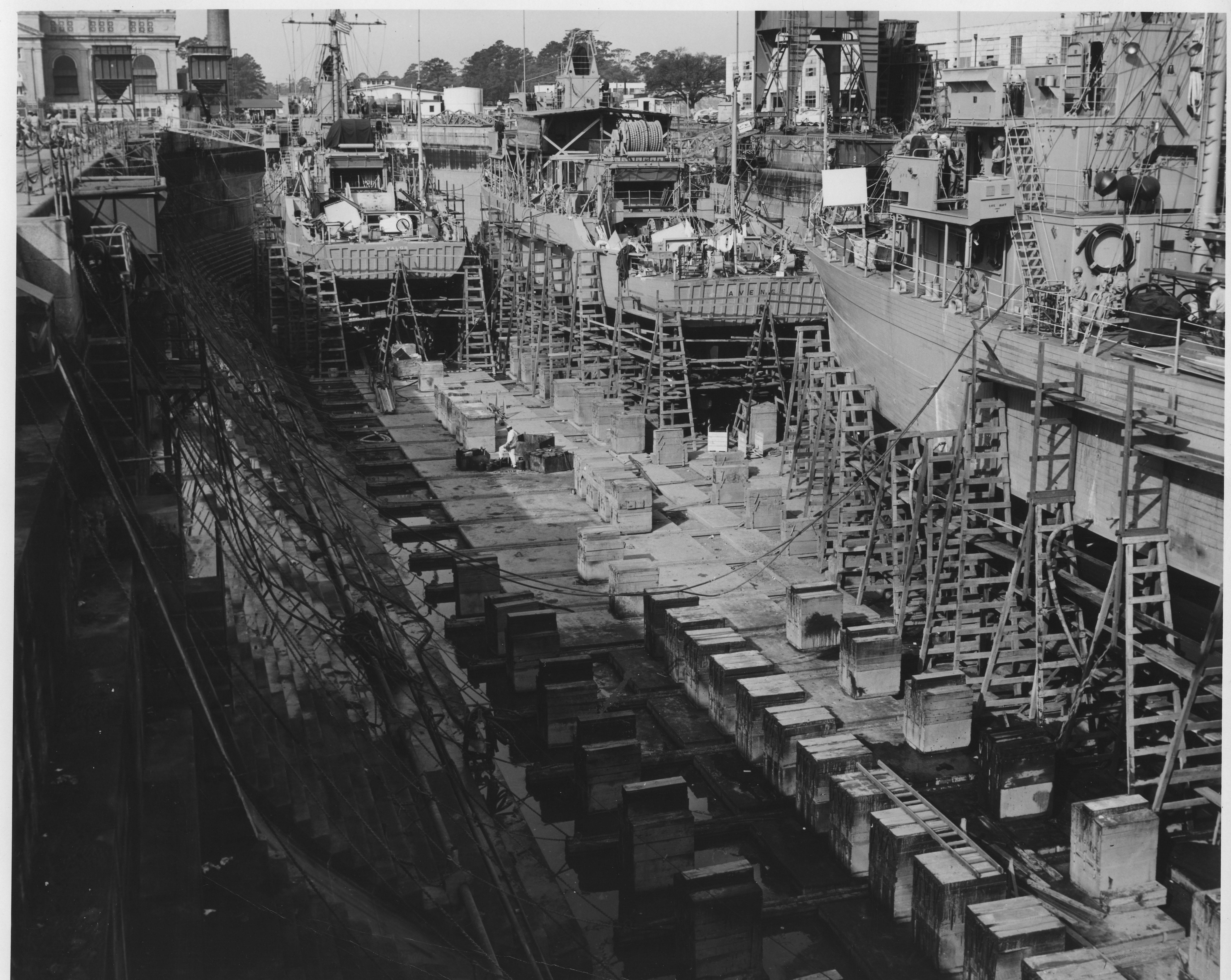 Minesweepers USS Avenge & USS Valor